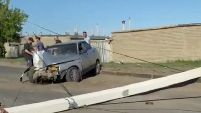 ДТП в Костанае: Легковушка снесла опору линии электропередач