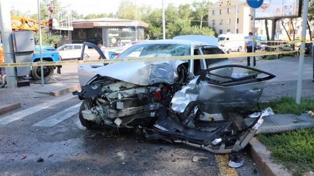 Умер на месте: 22-летний парень на огромной скорости снес светофор