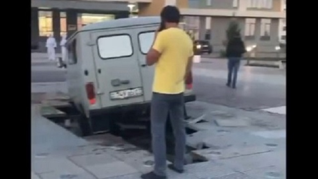 Видео: Автомобиль марки УАЗ провалился в фонтан в Кокшетау
