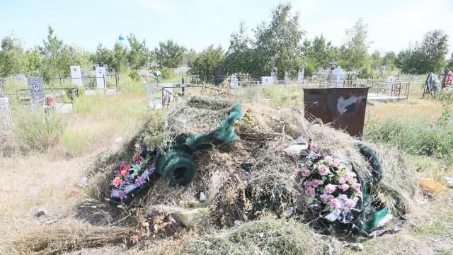 На кладбище под Костанаем воруют не только венки, но и деревья