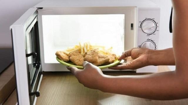 В чем опасность повторного разогревания еды