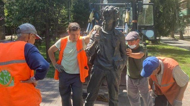 «Когда уже кончится этот бардак?»: Памятник Цою снесли в Алматы