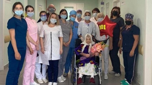 101-летнюю пенсионерку вылечили от коронавируса в Подмосковье