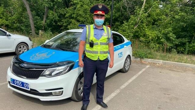 Толкающий машину полицейский из Караганды стал героем Казнета