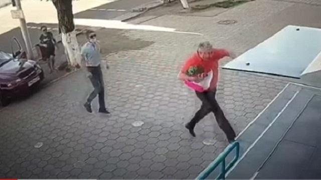 Разбойное нападение перед банком в Караганде попало на видео
