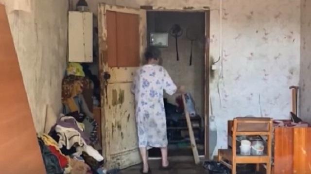 «Защитить от ковида»: Дети замуровали пенсионерку в своей квартире