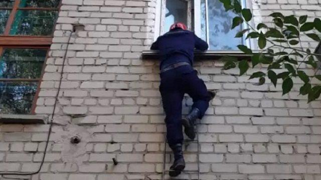 Малолетний ребенок из Семея оказался заблокированным в квартире