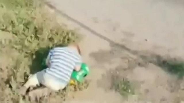 Видео: Велосипедист нашёл спящего ребёнка на обочине дороги