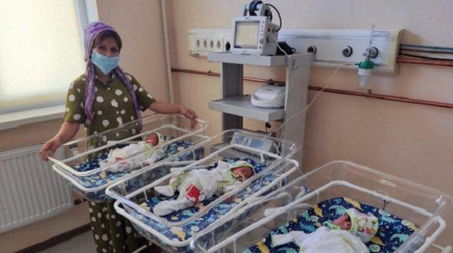 Мать шестерых детей родила тройню в Казахстане