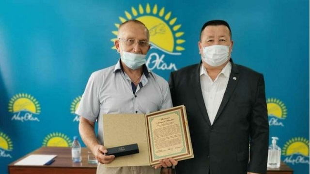 Борец Анатолий Веклич принимал поздравления от акима Рудного