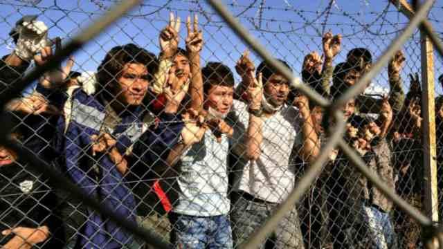 Мать кинула ребенка через забор, чтобы его вывезли из Афганистана