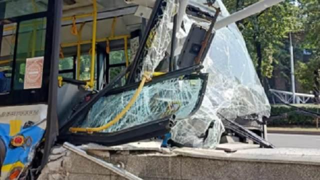 Троллейбус врезался в стену подземного перехода в Алматы: 7 человек пострадали