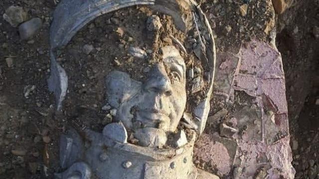 Памятник Юрию Гагарину снесли и выбросили на помойку в России