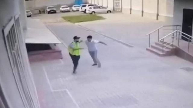 Инцидент с избиением полицейского в Алматы попал на видео