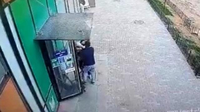 Астанчанка заявила, что неизвестный пытался похитить ее ребенка