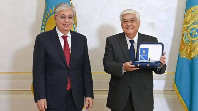 Президент лично поздравил Алибека Днишева с 70-летием