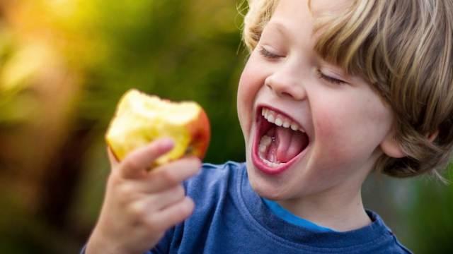 Диетолог рассказала, кому нельзя есть большое количество яблок