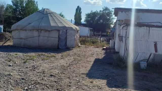 Мать-одиночка из Казахстана, у которой сгорел дом, живёт в юрте