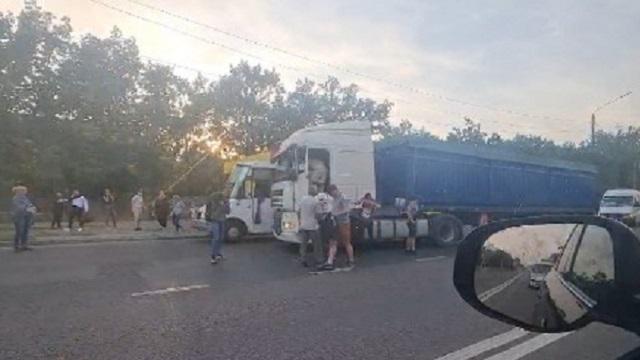 Пассажиры избили дальнобоя, напавшего на водителя их маршрутки