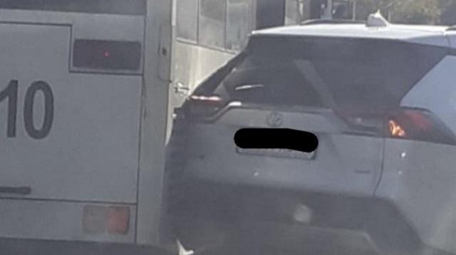 «Сдавала назад»: Автоледи столкнулась с автобусом в Костанае