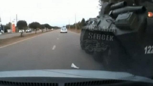 Видео: В столкновении с БТР пострадал автомобиль из Нур-Султана