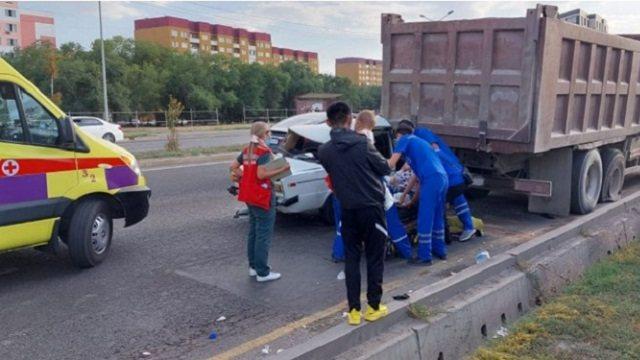 ВАЗ-2106 с девятью пассажирами въехал под фуру