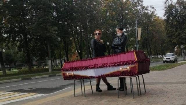 Гроб с телом у мэрии: Чего ни сделаешь для разрешения на похороны