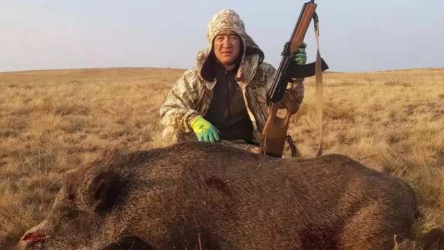 Гигантского вепря застрелил охотник в степях Казахстана