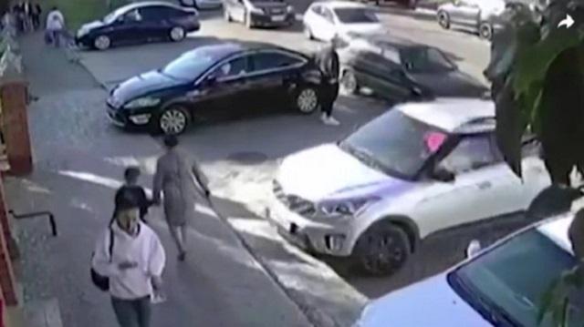 «Перепутала педали»: Автоледи сбила женщину с ребенком
