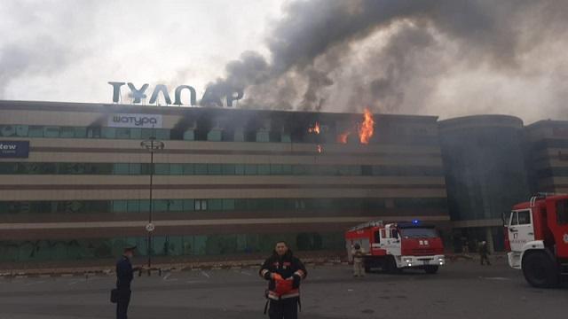 Крупный торговый центр горит в Нур-Султане