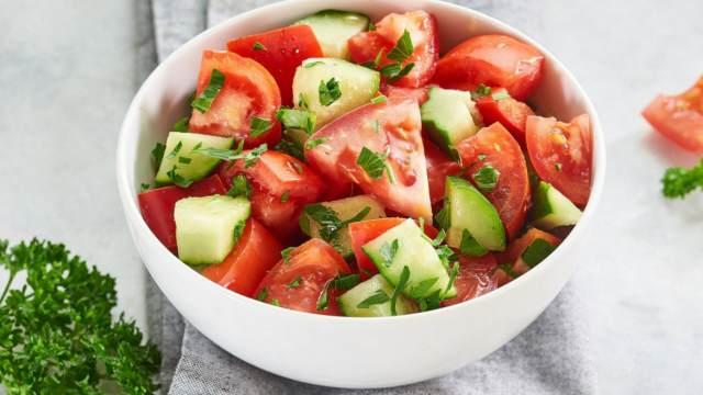 Почему нельзя смешивать огурцы с помидорами в одном салате