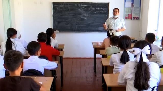 Видео: В бывших туалетах учатся сельские школьники в Казахстане