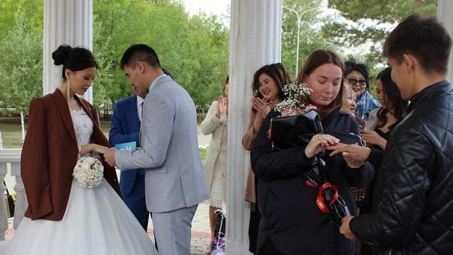 «С Днем семьи!»: В Костанае сегодня поженились восемь пар