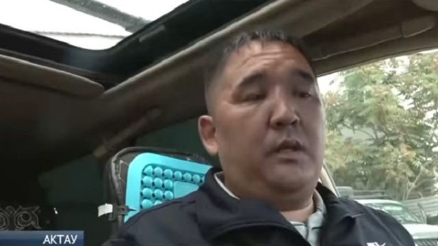 «Творить добро»: Таксист возит жителей Актау за «спасибо»