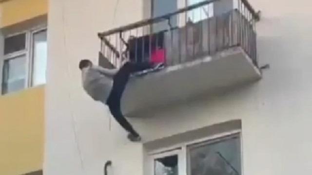 Чтобы спасти ребёнка, прохожий залез на балкон четвёртого этажа