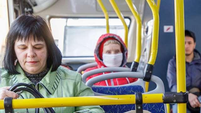 Штрафовать за спущенные в транспорте маски будут жителей России