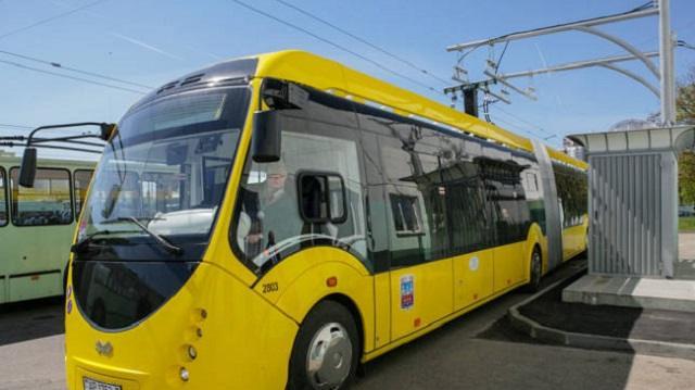 Попутчик толкнул женщину под едущий электробус