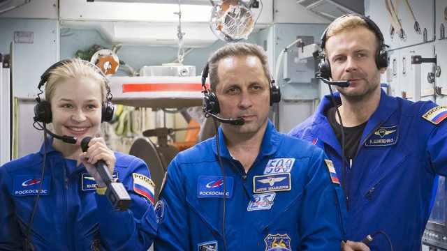 Кинокосмонавты вернулись на Землю в степях Казахстана