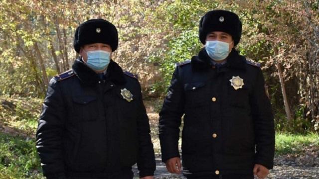 Полицейские Караганды спасли детей из горящего подъезда