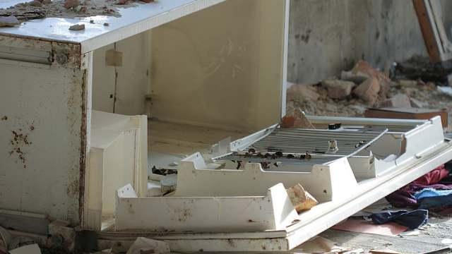 Холодильник выбросили из окна многоэтажки в Костанайской области