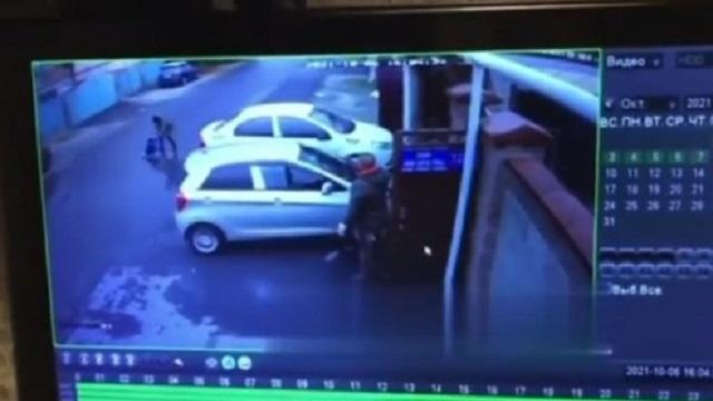 Недомать оставила ребёнка на дороге: Полиция проверяет видео