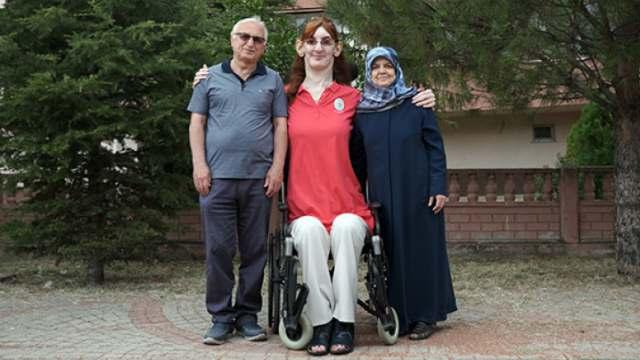 Видео: Самой высокой женщиной мира стала жительница Турции
